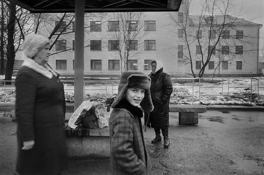 На автобусной остановке. 1985г.