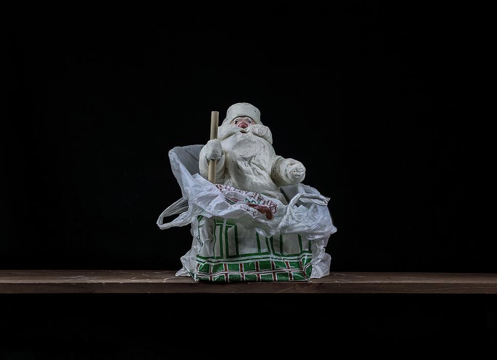 Дед Мороз.   С этим дедом Морозом мы почти 30-ть лет встречаем Новый год. Весь год он лежит в шкафу, а когда ставим елку - достаем. Сначала ставили елку настоящую, лесную. Теперь искусственную. А для аромата иногда несколько еловых веток рядом кладем