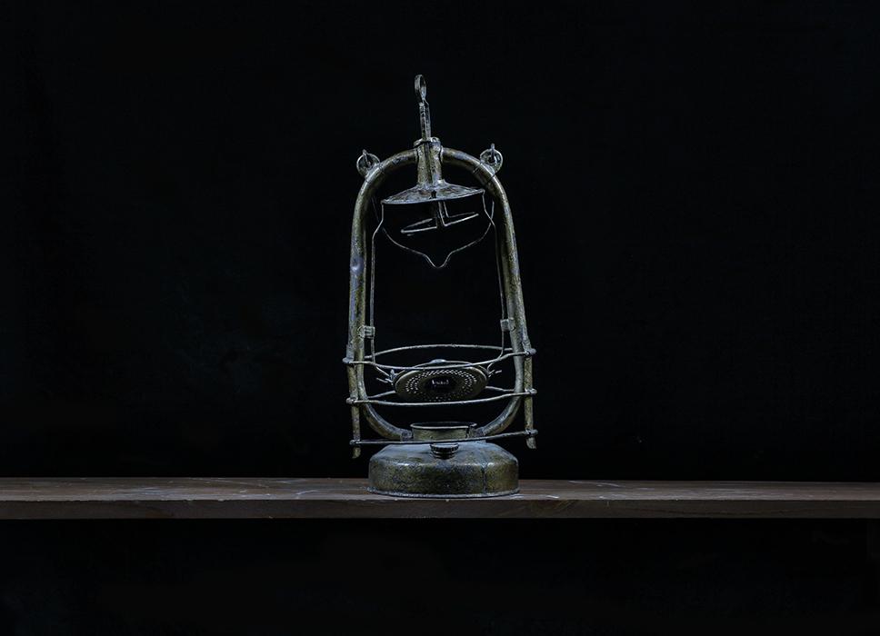 Лампа.  Я родился в деревне, электричества не было. Жгли керосиновую лампу. Помню тени на стене. А такую использовали когда на улицу нужно было выйти. Когда мой друг хотел выбросить эту лампу, я взял ее себе. Очень она похожа на ту, что была у нас в деревне.