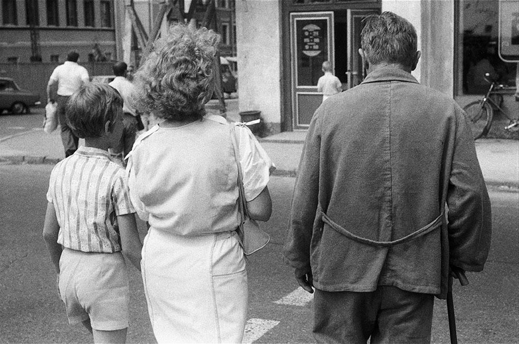 Возле больницы (угол улиц Я.Купала и тогда М.Горького). Минск 1987г.