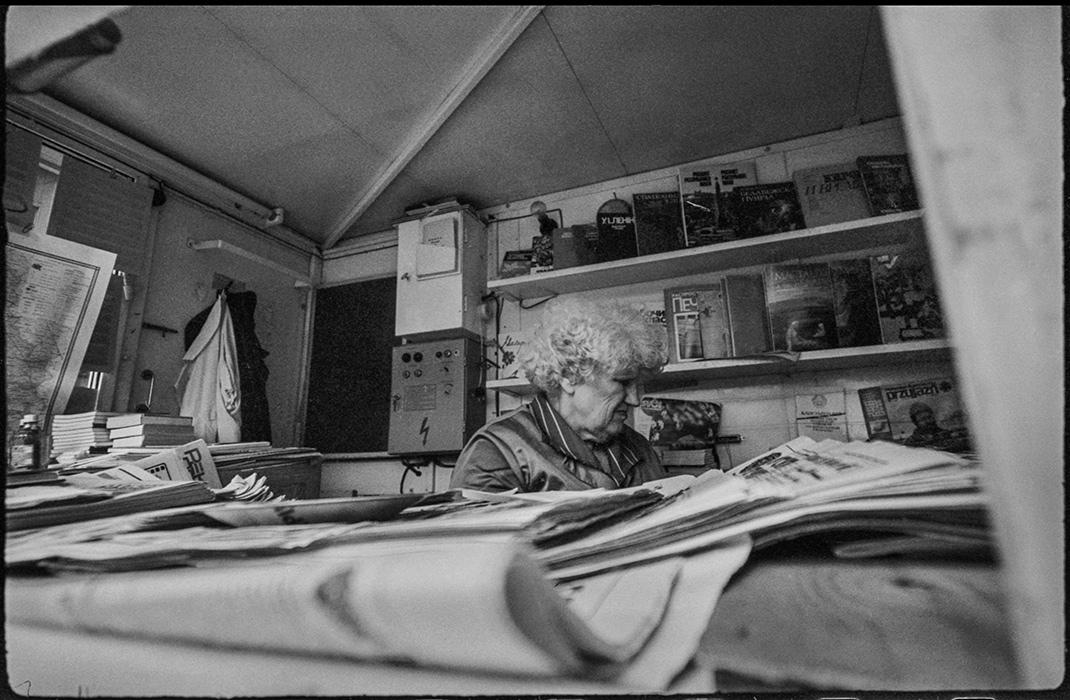 Продавец газет. В киоске Союзпечать. Пл-дь Ленина. Минск. 1987г.