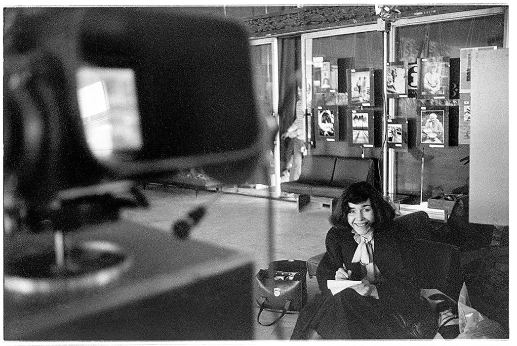Ведущая, редактор БТ Вероника Черкасова готовит передачу о фотоклубе