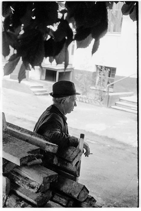 Во дворе дома по ул.Мясникова 35, дед Миша, Минск, 1986 год