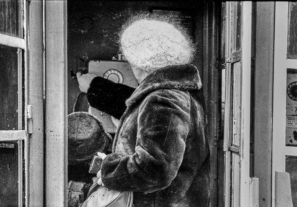 В телефонной будке. Минск, начало 80-х
