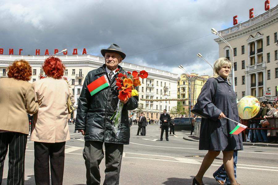 Ветераны ВОВ на пл. Победы в Минске на 9 Мая 2008 года