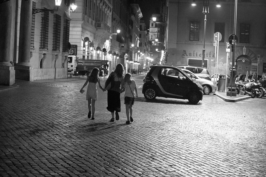 Вечерний Рим. Идущие в ночи. 2012 год